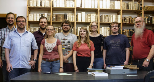 Die Gruppe aus Münster mit den Archivaren Dr. Jan Brademann (links) und Günter Preckel (rechts). Foto: Michael Hecht.