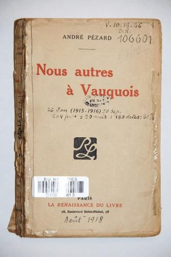Un des ouvrages annotés de la main de J. Norton Cru, ayant servi pour Témoins: André Pézard, Nous autres à Vauquois, Paris, Renaissance du livre, s.d. Res 106601.