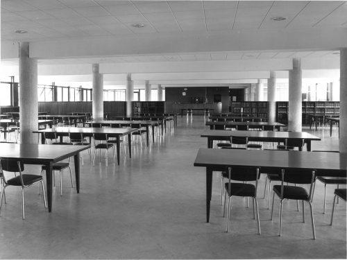 Grande salle de lecture de la nouvelle bibliothèque de médecine à l'ouverture, en 1958. Archives du SCD (Aix-Marseille Université)