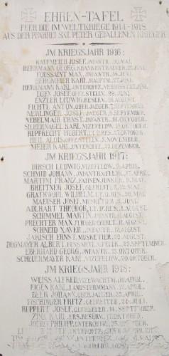 Gedenktafel neben dem Missionskreuz vor der St. Peter Kirche (rechts)