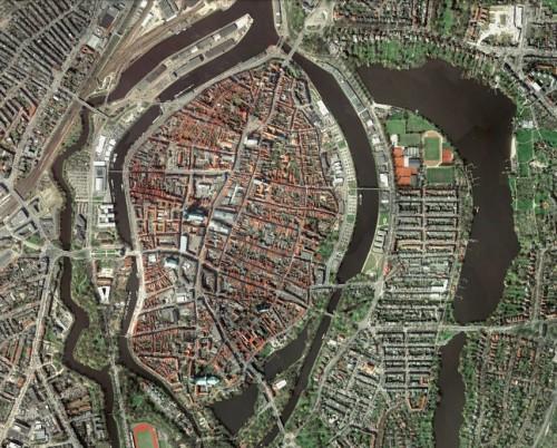 Satellitenbild aus Google Earth; links ist der Wall noch gut zu erkennen