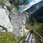 Äußeres Tor direkt an der Felswand.