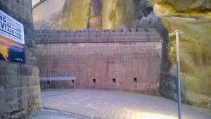 Vom Fels gedeckte Flankenstellung zur Bestreichung des Eingangsbereiches