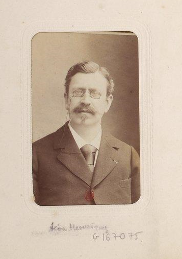 """Photographie de Léon Hennique extraite du """"Recueil de Portraits d'écrivains et hommes de lettres de la seconde moitié du XIXe siècle"""" du collectionneur  Georges Sirot."""