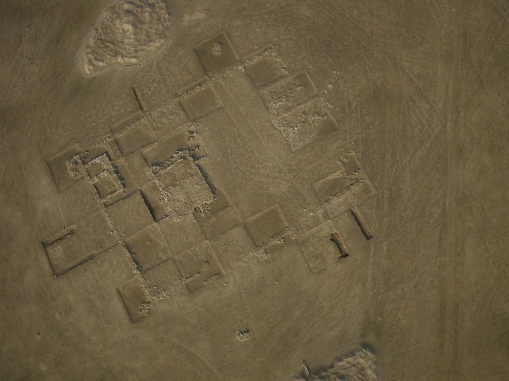 Fig. 4 : bâtiment à enclos rectangulaire, situé au sud-ouest de la partie centrale du site et partiellement fouillé par la Kuwaiti-Slovak Archaeological Mission (photo T. Sagory, DAM 2010)