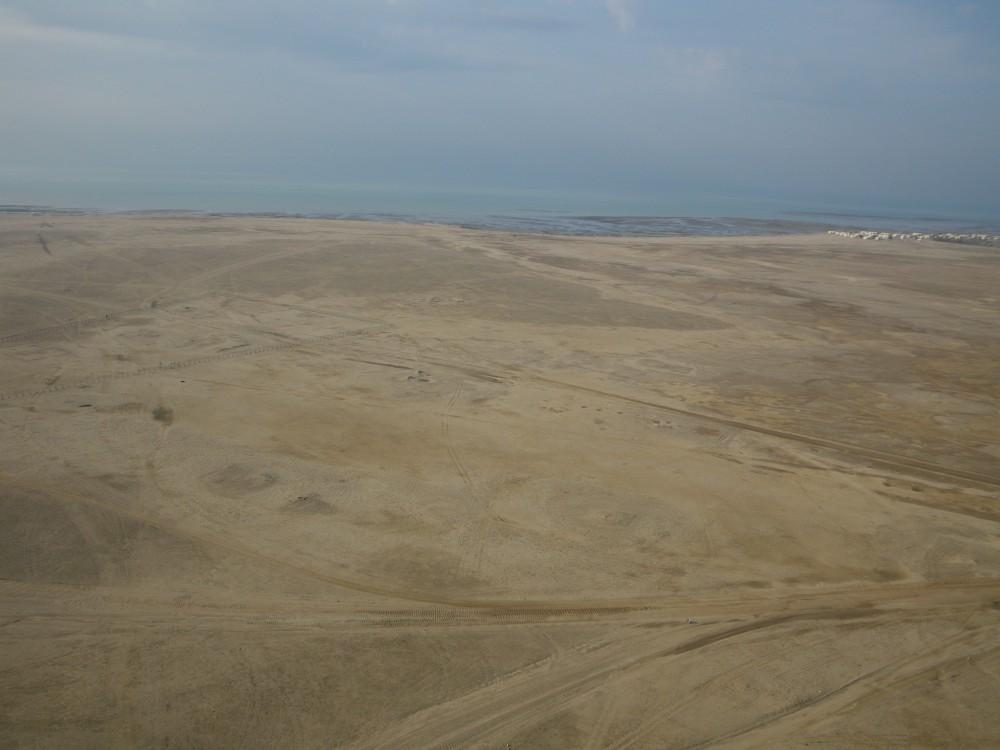 Fig. 1 : partie centrale/sud-ouest du site d'al-Quṣūr, bordée par la sebkha et situé à proximité de la mer (photo Y. Guichard, DAM 2009)