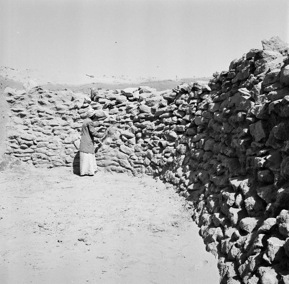 Fig. 1 : le fossé en cours de fouille par la Danish Archaeological Expedition to Kuwait (Moesgaard Museum 1960)