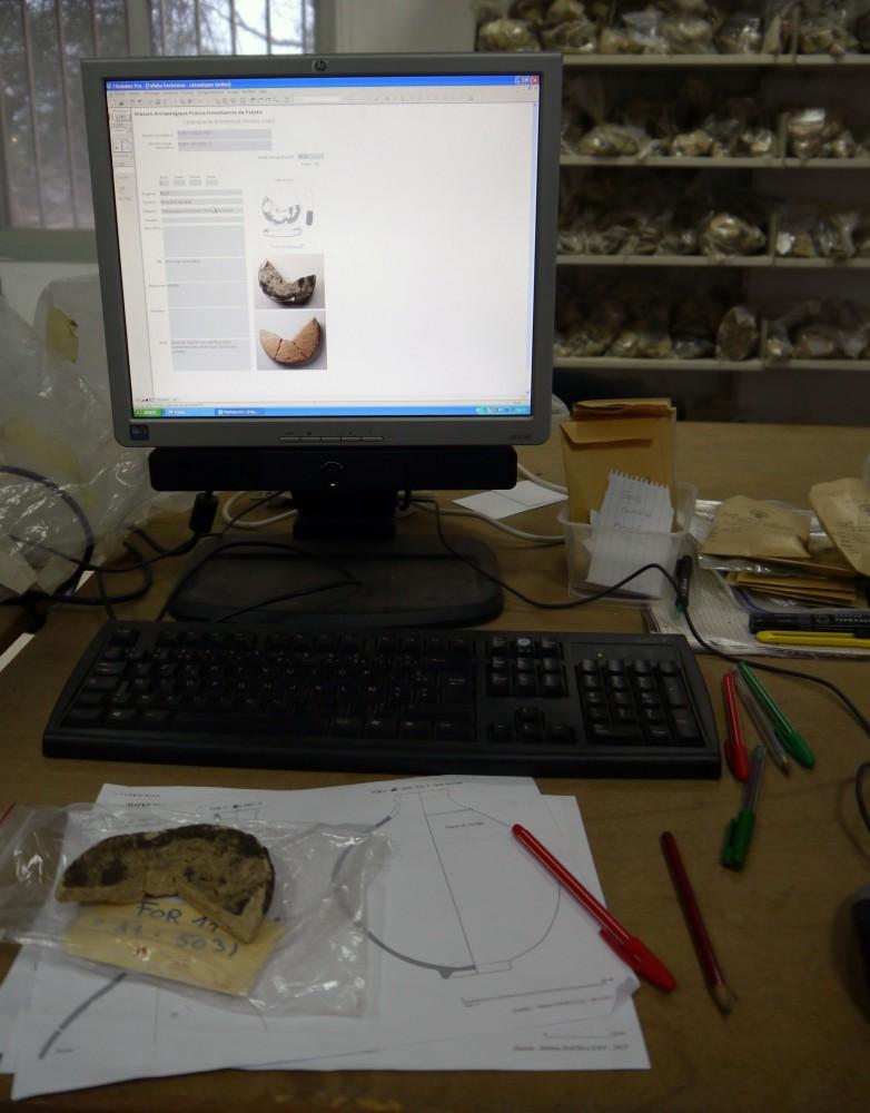 Fig. 1 : enregistrement du matériel céramique dans une base de données (photo C. Durand, MAFKF 2014)