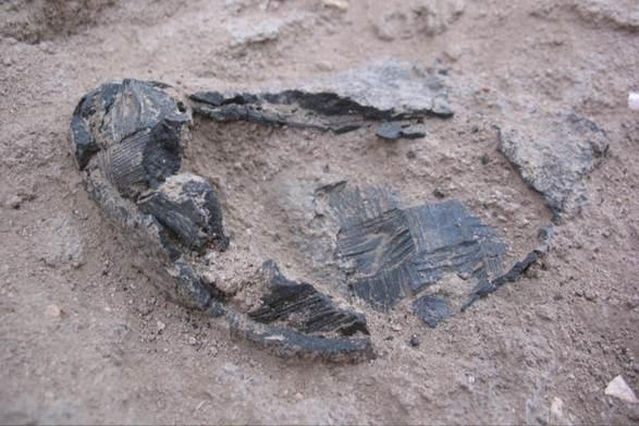 Fig. 3 : bitume avec empreintes d'un panier en végétaux tressés (MAFKF 2011)