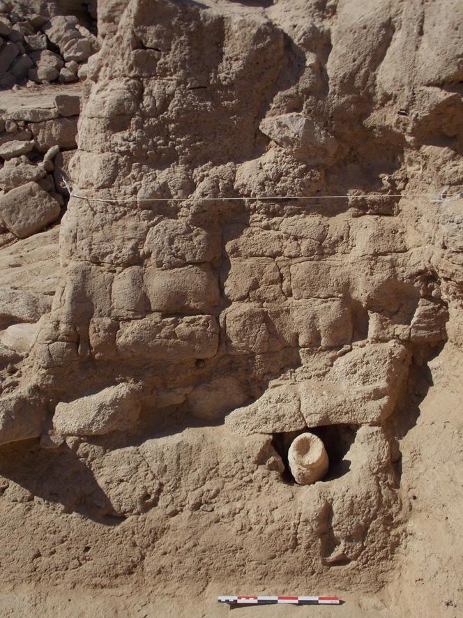 Fig. 4 : brûle-encens employé comme dépôt de fondation sous un mur de la première période (MAFKF 2014)