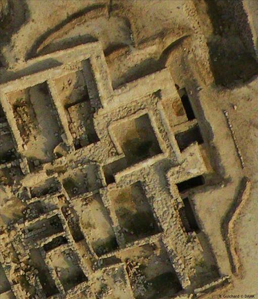Fig. 5 : exemple du système de drainage de surface mis en place dans le secteur de la tour 4 (nord-est) et s'évacuant dans le fossé (photo Y. Guichard, DAM 2009)