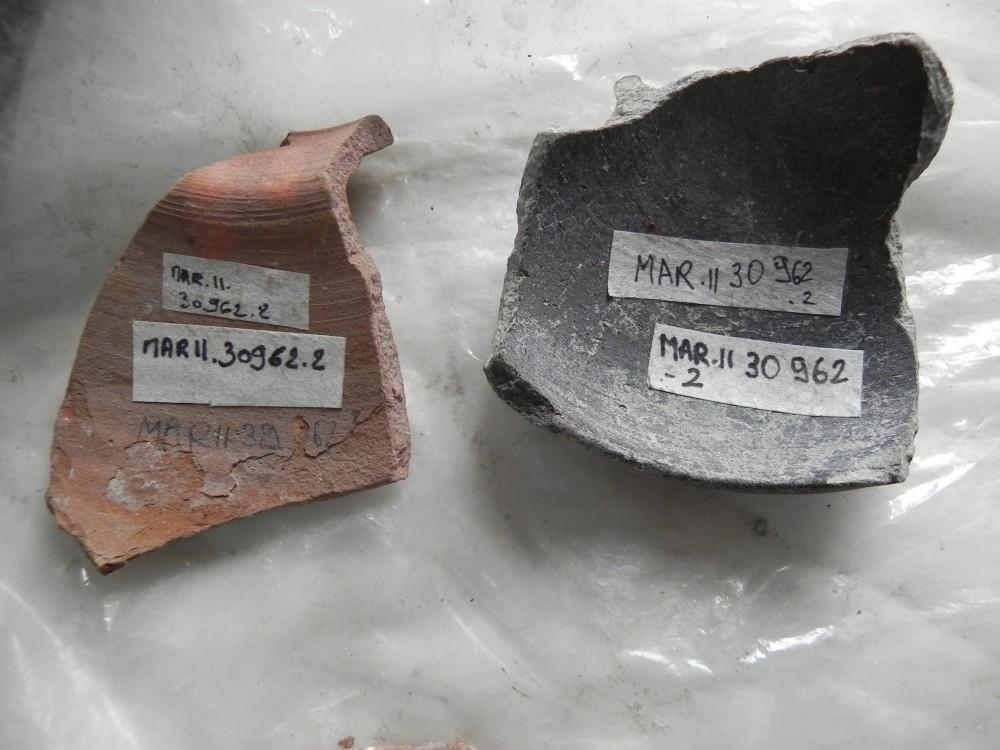 Fig. 3 : marquages testés sur deux tessons céramiques de différent type issus du chantier de fouille de Maréa Philoxcénité, toujours en place à ce jour (photo S. Alami-Viguié 2012)