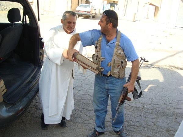 Fig. 3 : le père Najeeb Michaeel transférant les manuscrits irakiens du couvent de Mossoul vers le Kurdistan, (archives photographiques du couvent des Dominicains de Mossoul 2014)