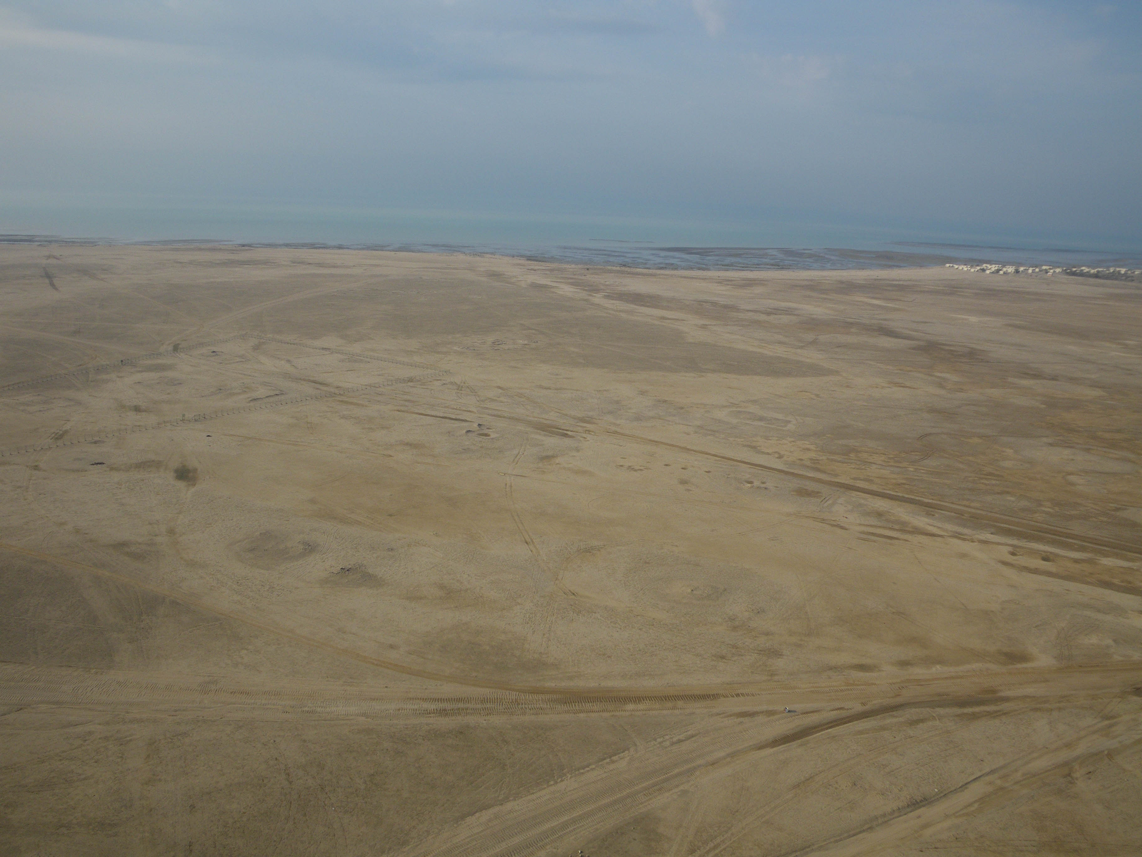 Fig. 2: Aerial view (from the northeast) of the southern part of al-Qusur (Y. Guichard, NCCAL 2009).