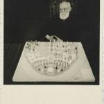 Paul Otlet devant la maquette de la cité mondiale (1943) Source: Mundaneum Domaine public