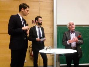 Die Wissenschaftlichen Mitarbeiter Marius Leber und Lorenz Marx nahmen den prominenten Anwalt Peter Raue (v.l.) ins Kreuzverhör. (Christian Lindlein)