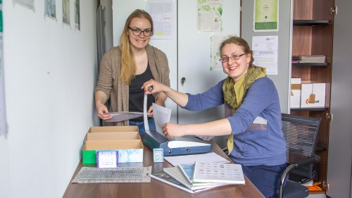 Zu sehen sind (v.l.): Leonie Salzmann und Silvia Wiegel. Nicht im Bild: Tanu Biswas. Foto: Andreas Harbach, Nordbayerischer Kurier