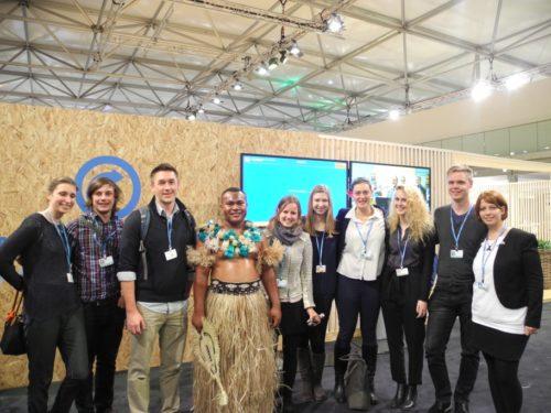 Bayreuther Masterstudierende von 'Global Change Ecology' als Beobachter zur 23. UN-Klimakonferenz: Gruppe mit einem traditionellen Tänzer der Fidschi Inseln.