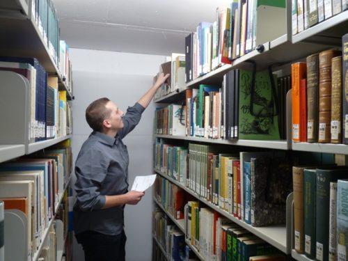 Christian Kunisch bei der Arbeit: Werden die Regale an der richtigen Stelle auseinandergefahren, ist das bestellte Buch schnell gefunden