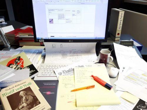 Abb.1: Zur Hochphase der Ausstellungsvorbereitung lag der Schreibtisch voller Quellen und Exzerpte (Foto: Daniel Reupke, fimt)