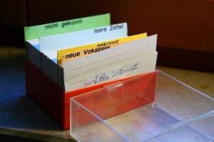 1280px-Lernkartei_Vokabelbox