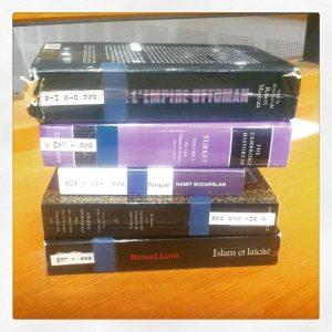 Pile de livres à consulter. Béatrice Vogley. Tous droits réservés.