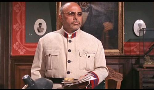 Le Gouverneur Santos (Herbert Lom), l'incarnation du tyran.