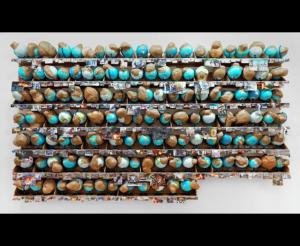 Thomas Hirschhorn, Outgrowth, 2005, installation murale de 131 globes terrestres posées sur 7 rangées d'étagères, bois, plastique, coupure de presse, ruban adhésif, métal, papier bulle, 374 x 644 x 46 cm, Paris, Musée National d'Art Moderne.