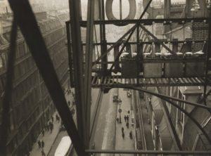 Germaine KRULL (1897-1985), Rue Auber à Paris, 1928, épreuve gélatino-argentique, 16,9 x 22,9 cm, New York, MoMA