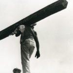 T. MOTTI (1896-1942), Ouvrier transportant une poutre
