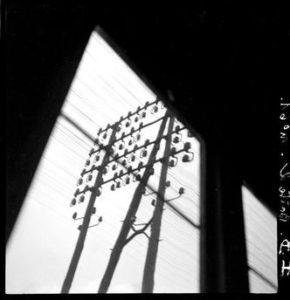 François KOLLAR (1904-1979), Trains et fils électriques, entre 1931 et 1934, positif d'un négatif monochrome sur support plastique, 6 x 6 cm, Charenton-le-Pont, Médiathèque de l'architecture et du Patrimoine