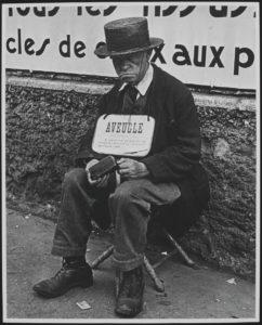 Lisette MODEL (1901-1987), Aveugle devant un panneau d'affichage, Paris, vers 1933-1938, épreuve gélatino-argentique, 49 x 39,3 cm, Ottawa, Musée des Beaux arts du Canada