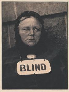 Paul STRAND ( 1890-1976), Blind woman, 1916, épreuve au platine, 34 x 25,7 cm, New York, Metropolitan Museum.