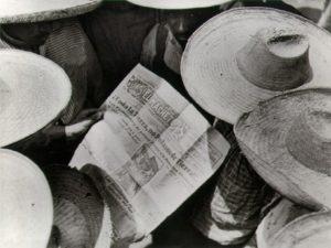 T. MODOTTI (1896-1942), Campesinos lisant El Machete, 1928, épreuve contemporaine au platine d'après le négatif de Modotti, 7,5 x 10 cm, Helsinki, Helsinki City Art Museum