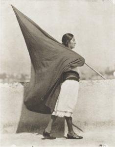 T. MODOTTI (1896-1942), Femme avec drapeau, vers 1928, épreuve au palladium, 24,9 x 19,7 cm, New York, MoMA