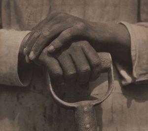 T.MODOTTI (1896-1942), Mains sur un outil, 1927, épreuve contemporaine au platine, tirée par Ava Vargas d'après le négatif de Modoti, 19 x 24 cm, Collection Helsinki City Art Museum