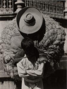 T.MODOTTI (1896-1942), Homme portant du foin, 1926, épreuve gélatino-argentique, 9,4 x 7,3 cm, Collection Ruth et Labrie Ritchie