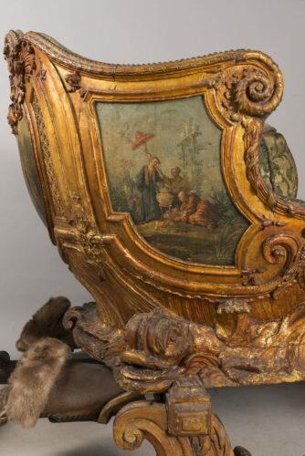 décors peints par Henri Cliquet (?), bois sculpté, doré et peint, garniture originale en velours de soie broché, cuir de Russie et métal, vers 1735, H. : 1,42 m, L. : 3,74 m, l. : 1,25 m, château de Versailles. Cet objet appartient aux anciennes collections royales et a été commandé sous Louis XV.