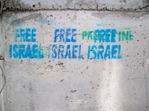 """Pochoir """"Free Israël"""" réalisé en bleu recouvrant le mot """"Palestine"""", peint en vert. Quartier Tel Rumeida, à proximité de la rue Shuhada, Hébron-Al Khalil, janvier 2013"""