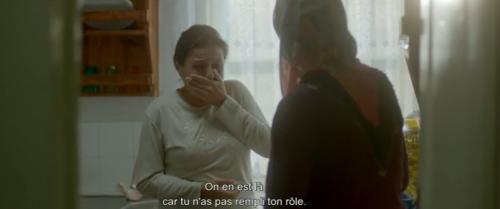 La voisine reproche à la grand-mère d'avoir manqué à son rôle d'éducatrice morale