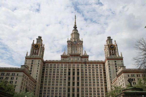 Le bâtiment principal de l'Université de Moscou construit par le pouvoir soviétique en 1953.