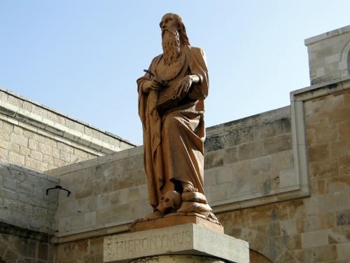 Statue des Heiligen Hieronymus vor dem Eingang der Katharinenkirche, Bethlehem; Foto: Thomas Hieke