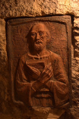 Relief über dem Hieronymusgrab, das sich ebenso wie die Gräber der Paula und der Eustochium im nördlichen Teil des Grottensystems unter der Geburtskirche in Bethlehem befindet (Foto: Patrick Strosche)