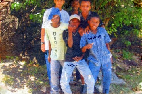 La seule photographie imprimée que j'ai en ma possession. Moi tout en bleu à droite. Collège de Mtsangadoua, 2006 ; support papier Canson