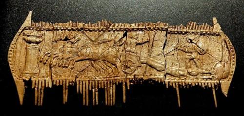 Achille traînant le corps d'Hector derrière son char, peigne en os trouvé à Oria, deuxième moitié du Ier siècle av. J.-C., musée archéologique national de Tarente.