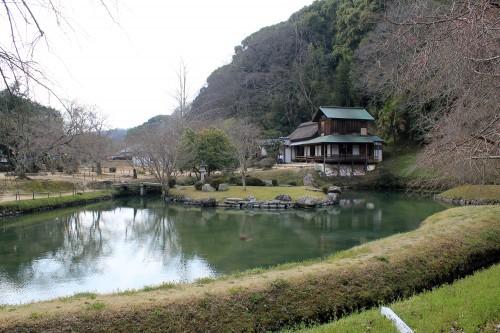 Vue sur l'étang du jardin, avec le Ginpūkaku en arrière-plan