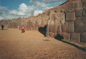Située à deux kilomètres de Cuzco, elle est constituée de blocs homogènes d'énormes pierres (le plus grand mesure 9 mètres de haut, 5 de large et 4 d'épaisseur, pour un poids d'environ 350 tonnes) parfaitement jointes entre elles.