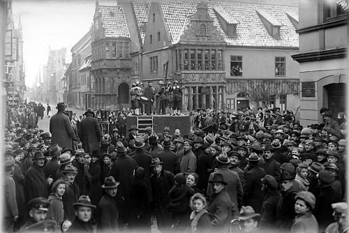 """Hinrichtungsszene auf dem Lemgoer Marktplatz mit dem aufgebauten Schafott für den Film """"Cartouche"""" oder """"Der Gaukler von Paris""""."""