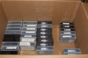 Videokamerabänder mit Beschriftungen, die zur Digitalisierung abgegeben wurden (Foto: Oeben)
