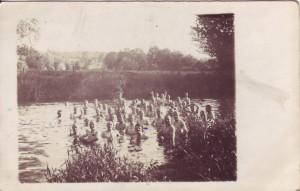 August Jasper beim Baden mit seinen Kameraden